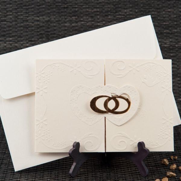 Invitatie de nunta romantica, de culoare crem cu inimi si verighete.