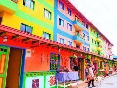 コーヒーで有名なコロンビアのグアタペという村がポップでキュート 30分ほどでまわれてしまう小さな村ですが街中がめちゃくちゃカラフル 村おこしのために色や絵が描かれたんだって() まるで絵本の世界に入ってきたみたい( ꈊ ) 一生に一度は行ってみたいスポットですね tags[海外]