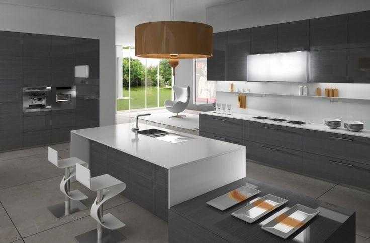 meubles de cuisine gris anthracite, îlot blanc laqué et tabourets assortis