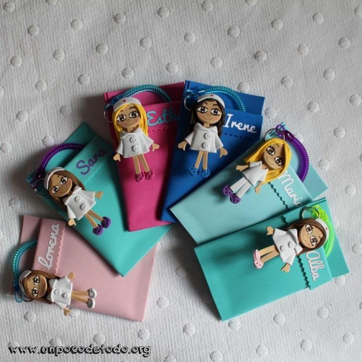 www.unpocodetodo.org - Salvabolsillos de Esther, Irene, Lorena, Alba y María - Salvabolsillos - Broches - Goma eva - crafts - custom - customized - enfermera - enfermeria - foami - foamy - manualidades - personalizado - portabolis - 1
