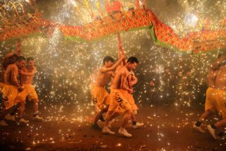 La danza del drago durante la festa delle lanterne a Meizhou, nella provincia cinese del Guangdong. La festa si celebra il 15° giorno del primo mese dell'anno lunare, secondo il calendario cinese. - (Reuters/Contrasto)