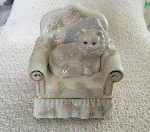 Witte kat in stoel roterende muziekdoos, Perzische kat muziekdoos, speelt thema…