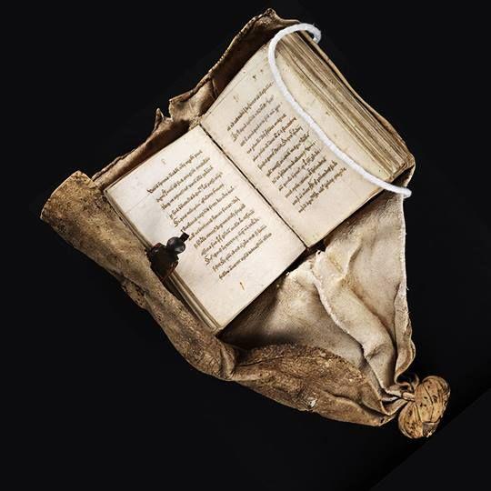 Un manoscritto del 1486 con la legatura adatta a legarlo alla cintura del proprietario, realizzata in Europa del nord nel 1575. (Beinecke Library, Università di Yale, USA)