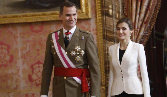 """Mabel Galaz, """"Letizia, una reina en blanco y negro,"""" El Pais (6 January 2016). La esposa de Felipe VI ha optado por un conjunto en blanco y negro para presidir su segunda Pascua Militar."""
