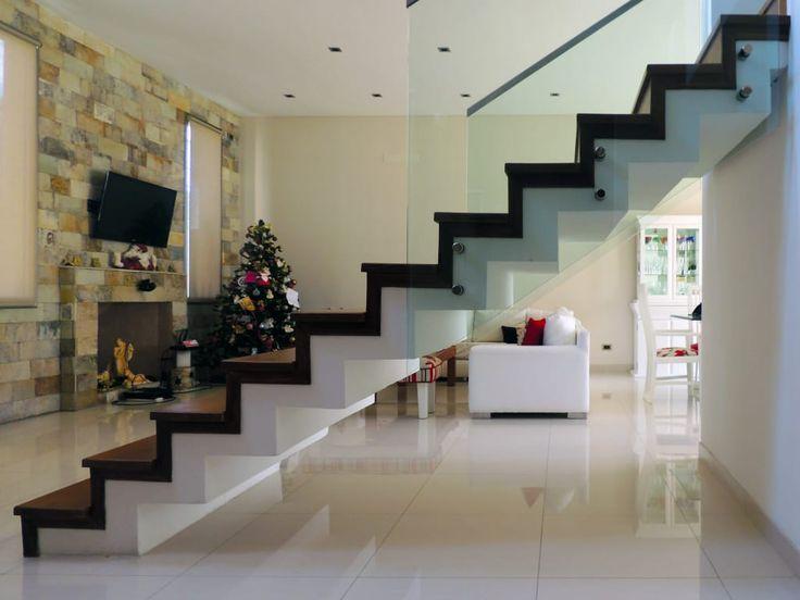 Mirá imágenes de diseños de Livings estilo moderno: GRECO II HOUSE. Encontrá las mejores fotos para inspirarte y creá tu hogar perfecto.