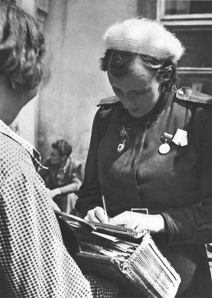Советская девушка-военнослужащая (в звании старшины) оставляет автограф жительнице Праги