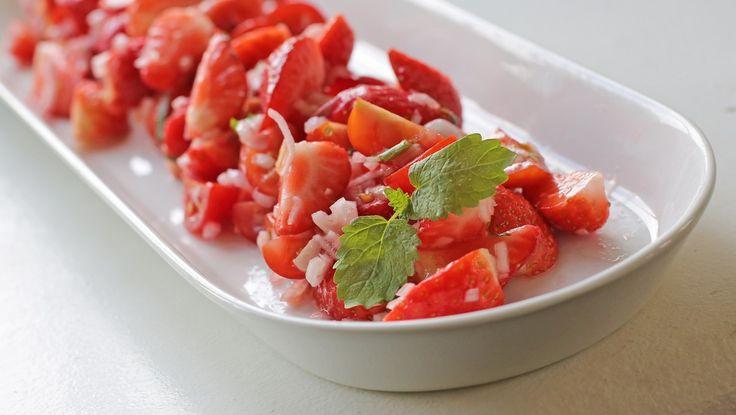 En salat med jordbær og tomat smaker godt både til fisk og grillmat. Stig Juelsen har også sjalottløk og en syrlig vinaigrette i sin oppskrift. Foto: Mari Rollag Evensen / NRK