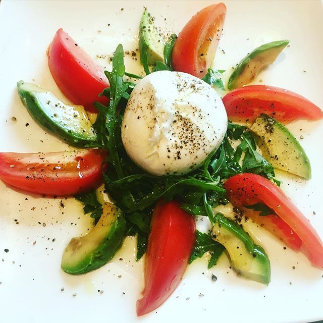 A classic at @negozioclassicanottinghill - burrata, avo, tomatoes on a bed of rocket, drizzled with the finest Italian olive oil if you're around Notting Hill and looking for a quick bite but high quality food, I'd highly recommend @negozioclassicanottinghill, just off Portobello Rd. It's a wine & small bites Italian local deli, perfect for a heathy date night - they also have seating outside - added bonus for what seems to be the onset of summer in London  #healthy #summer #notting...