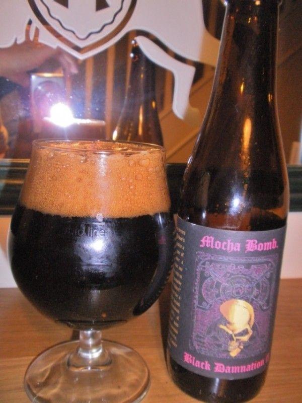 Cerveja Black Damnation II Mocha Bomb, estilo Russian Imperial Stout, produzida por De Struise, Bélgica. 12% ABV de álcool.