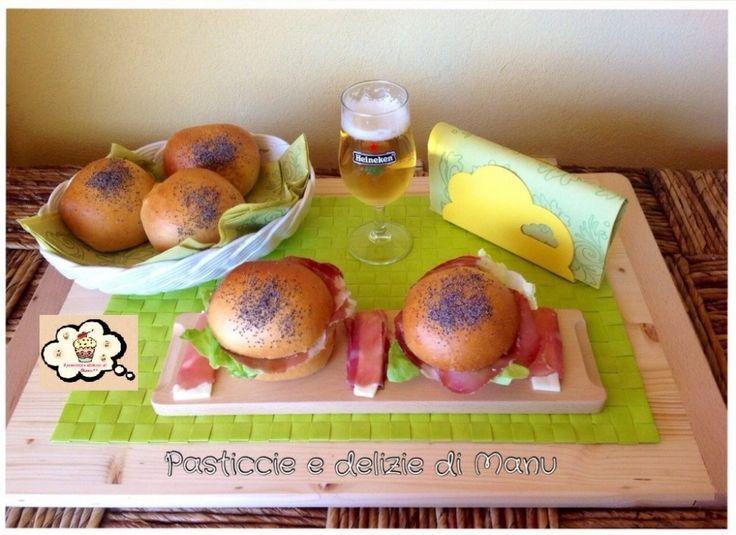 PANINI AL LATTE I panini al latte sono dei bocconcini di pane buoni e morbidi, ideali per gli aperitivi oppure come pane per la colazione accompagnati da marmellata o nutella.