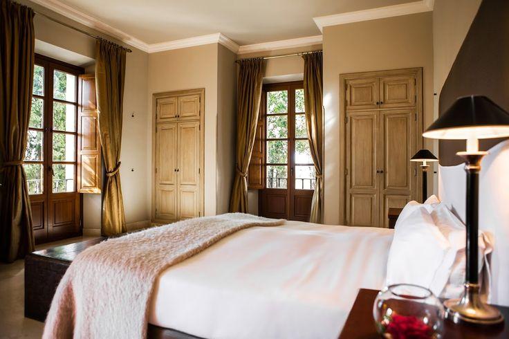 """SON JULIA   I   MALORKA: Hotel poskytuje ubytovanie v 25 priestranných izbách a apartmánoch. Nachádza sa len 20 minút od mesta Palma de Mallorca a 15 minút od letiska. Pre milovníkov golfu sú tu dve 18-jamkové golfové ihriská len 5 minút od hotela. Môžete si prenajať pretekárske či trekingové bicykle. Pre odvážnejšie duše je tu možnosť skúsiť horolezectvo alebo """"coasteering"""" na útesoch a, samozrejme, vodné športy ako je kajak, potápanie a """"kitesurf"""". http://www.holamallorca.net/ubytovanie"""