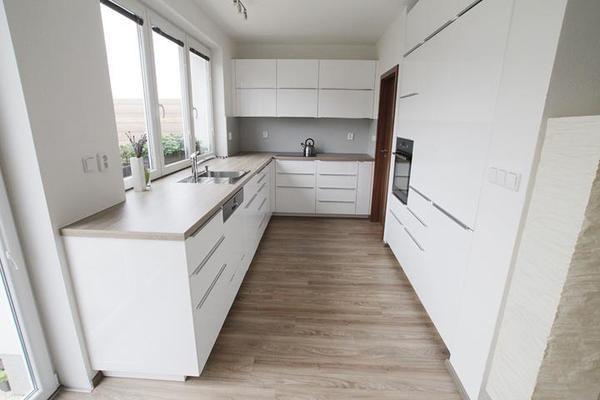 Bílá lesklá kuchyň - foto - - Kuchyně
