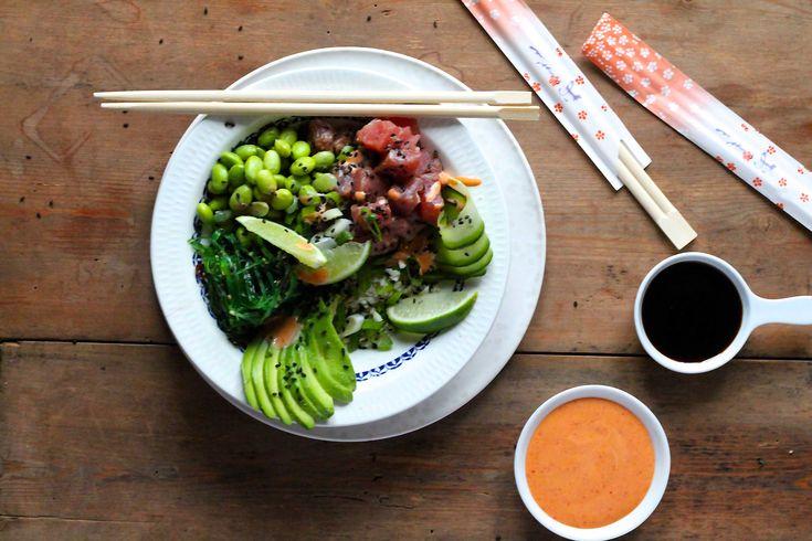 Poke Bowl er en lækker og sund salat, som giver smag og tilfredshed for alle pengene. Prøv denne trendy salat derhjemme. Det er nemmere end du tror!