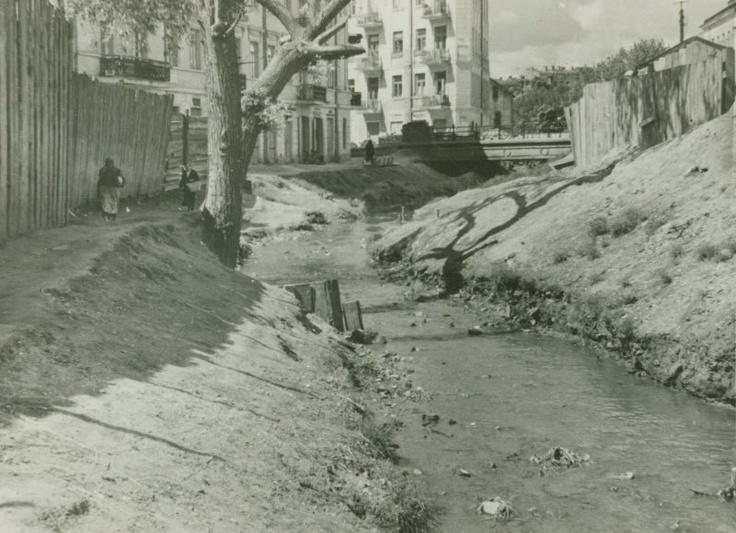 Czechówka przy moście na Lubartowskiej ( dzis w tym miejscu znajduje sie przejscie dla pieszych przez trase WZ ) widoczne w oddali kamienice 4-5 kondygnacyjne obecnie nie istnieją