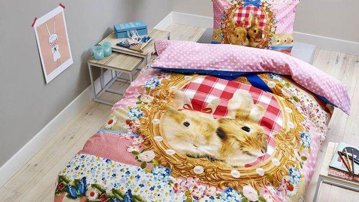 Het Bonnie And Clyde dekbedovertrek heeft een fleurig dessin met diverse roze patronen en een schattige fotoprint van konijntjes. Inclusief kussensloop.