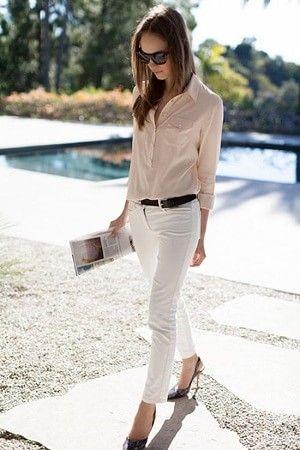 白パンツに白シャツを合わせてオールホワイトコーデにするのが流行していますが、ちょっと白が浮きすぎることも・・・。  そんな時な白パンツのトップスにピンクベージュやアイボリーなど少し色味が入ったシャツを着るのがおすすめ。  白パンツと白シャツでダサくなる人はシャツに薄い色味がついたものを合わせると垢抜けコーディネートになります。