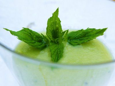 Recept Groene Smoothie Mix. Heerlijke frisse en gezonde smoothie. Een puur natuur smoothie met verse groenten, kruiden en fruit. Het is een rustgevende smoothie met een heerlijke smaak. Bleekselderij, munt, sla, nectarine en agavesiroop. Vol vitamine, mineralen, bloeddruk verlagend en rustgevend.