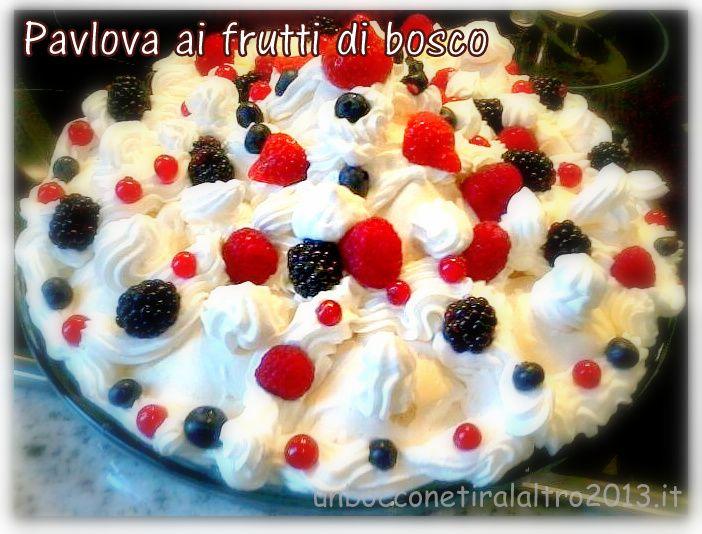 La Pavlova è un dolce formato da una base di meringa e un goloso ripieno di panna montata e frutta fresca. Nella foto l' ultima fantastica creazione di Donatella: la Pavlova ai frutti di bosco! Nel blog trovi la ricetta di Anna Moroni.