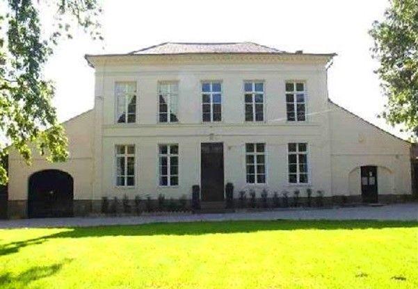 In de vallei van de Course in Les 7 Vallées, Frankrijk. Woonoppervlakte 380m2. In totaal tien kamers, zes slaapkamers, zes badkamers. Mooi en ruim perceel met tuin en park op 5615m2. Op drie uur van Rotterdam, twee uur van Antwerpen, Londen en Parijs.