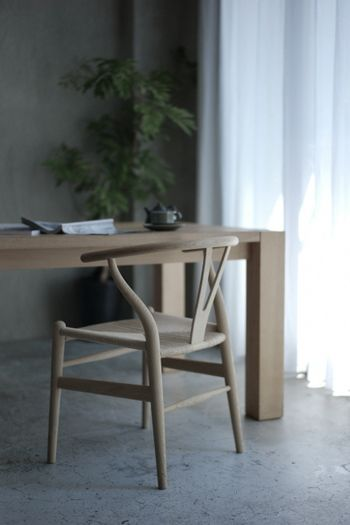 一脚だけで絵になる椅子。 背中を優しく支える笠木の曲線と深く広い座面は安定感があり、腰掛けるとほっとするような安らぎを覚えます。 ダイニングチェアはもちろんのこと、デスク用チェアとしても。