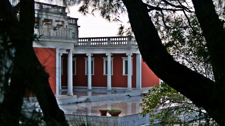 The old residence of the royal family lies exactly at the tip of the cape. (Walking Thessaloniki, Route 18 - Kalamaria)