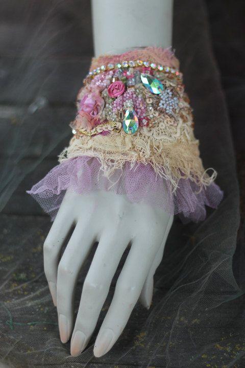 Fascia di ballerina polsino - polso shabby chic bohemien con pizzi e perline