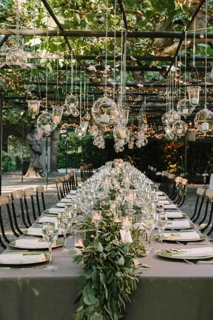 décoration au-dessus de la table en bougies blanches pour mariage en plein air