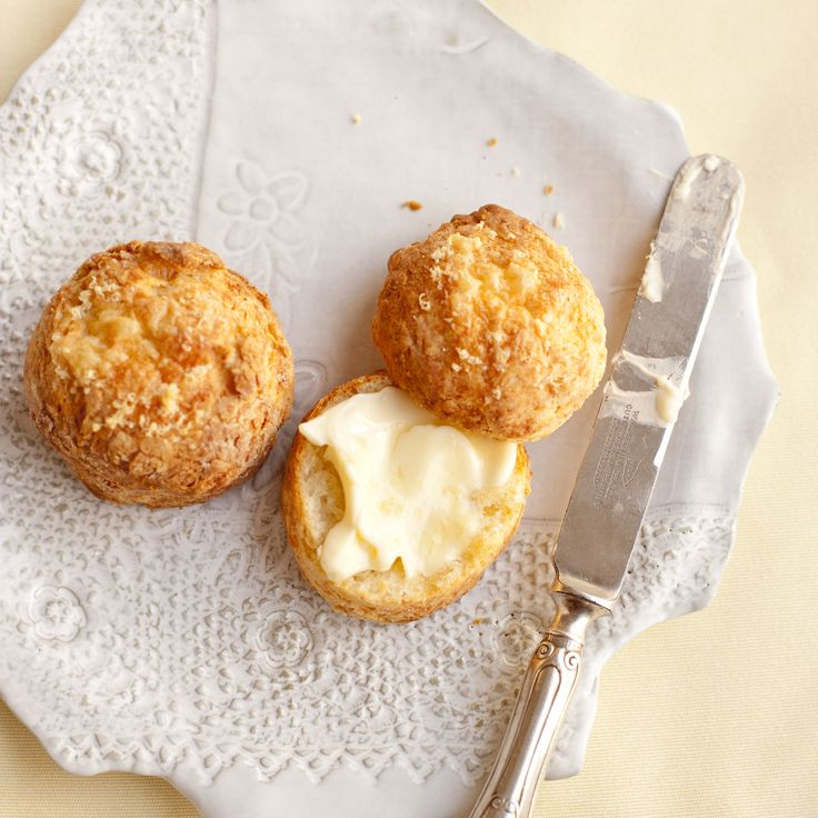 Cheesy scones with melt-in-the-mouth quality (Usual version - 1 egg replaces some of the milk + cayenne added ...)