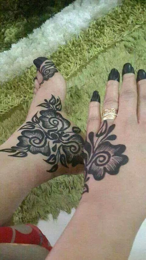 Too bad it is in black henna, cause the design is really pretty.
