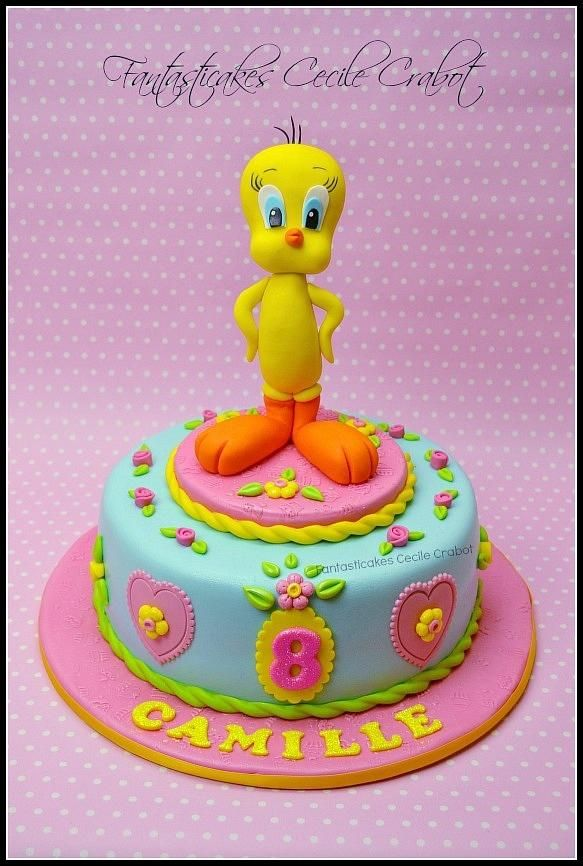 I made this quick cake (I didnt' had so much time unfortunately) for the 8th birthday of my daughter Camille. I didn't like at all the idea of making Tweety, but impossible to make change Camille, so here it is Tweety !! It was chocolate layer...