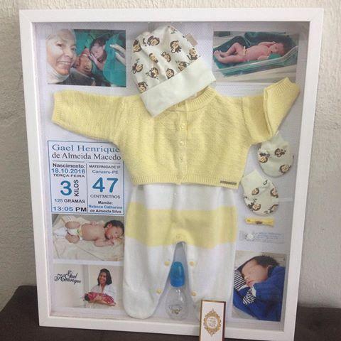 Quadro Primeiras Lembranças! Guarde com estilo as lembranças do nascimento do seu bebê. Quadro montado com a roupinha da saída de maternidade, primeiras fotos, umbigo, pulseira da maternidade, toquinha, luvas,chuquinha e dados do nascimento. Orçamento pelo WhatsApp 81)9.9667-7378 #bebe #quadro #primeiraslembrancas #lembrancas #mae #mamae #luxo #decor #decoracao #atelie #ateliedluxo #baby #quarto #quartodebebe #maternidade