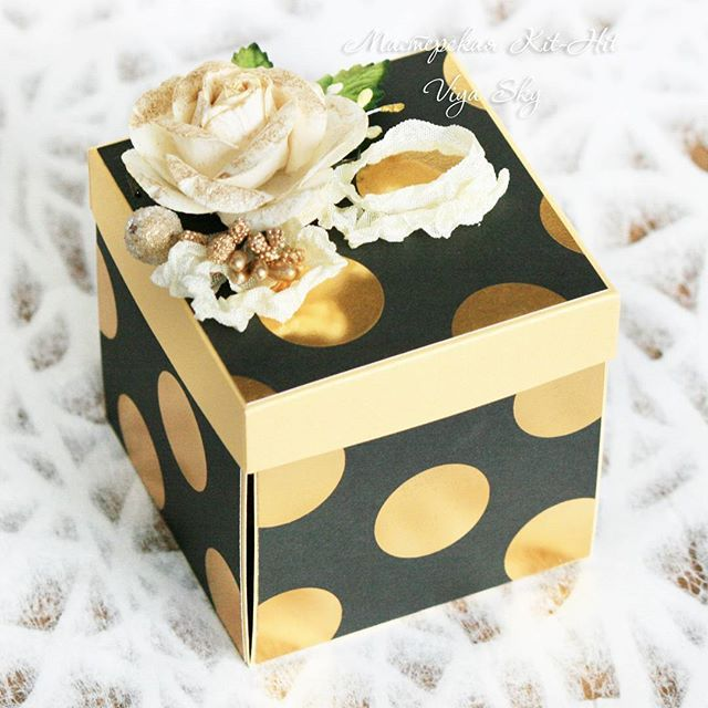 """Подарочный набор """"Золото"""": открытка + коробочка для денег. Всё в одном стиле.  На фото: коробочка из набора. Выполнено на заказ, можем сделать подобный набор для вас. Такой набор - это прекрасный подарок имениннику на день его рождения, юбиляру на его юбилей, а также молодоженам на свадьбу!  Для заказа WhatsApp +79266562421 Доставка по всему миру!  #viyasky #мастерская_kit_hit #подарки #подарочнаякоробочка #коробочка #ручнаяработа #handmade #хэндмэйд #рукоделие #своимируками…"""