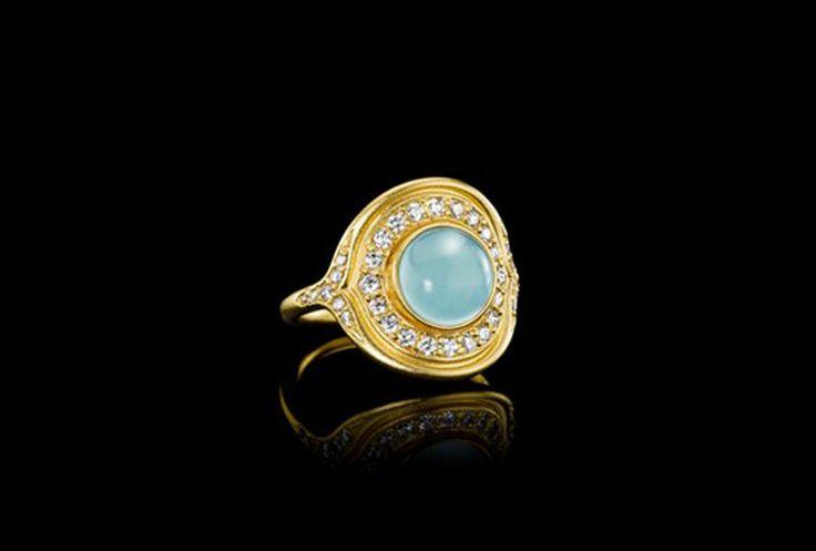 Mermaid 22 karat forgyldt sterling sølv ring med rund, havblå krystal og små, facetslebne krystaller. RI72GDSBCRCZ.