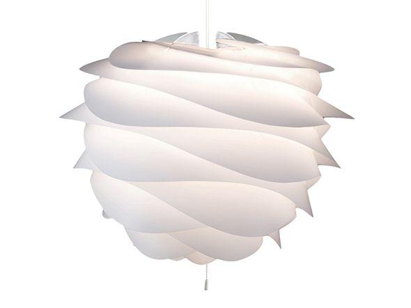 北欧モダンデザインの流れを受け継ぎつつ、さらなる革新性を求めて生み出された、デンマーク発の照明。長い羽をぐるぐると纏った花のようなフォルムが美しく表現されている「カルミナ」3灯ペンダントライト。剥いたリンゴの皮にも似た羽を6枚重ね、魅惑的な陰影を生み出し…