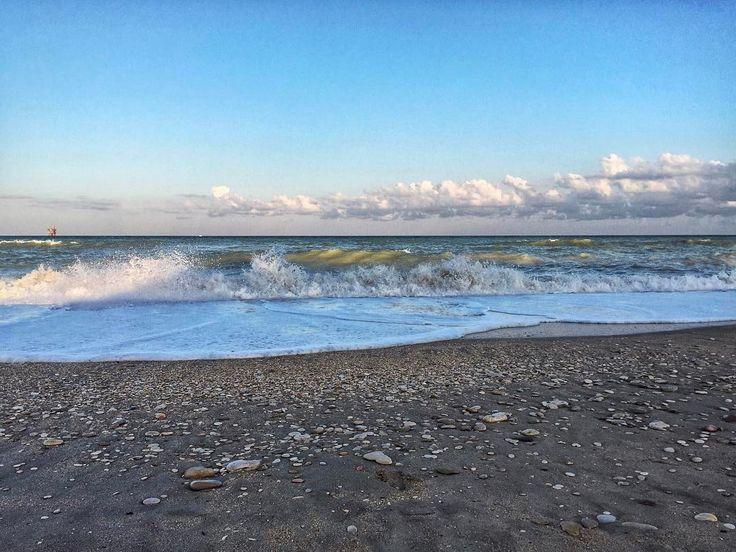 [ heart ] |  Ieri sera riguardando le foto dell'anno scorso mi sono imbattuto nella foto del mare di Porto Sant'Elpidio e bang mi sono fissato a guardare la foto come se fosse animata viva. Ho fissato così a lungo che d'un tratto ho visto così quasi per caso il sasso a forma di cuore. Non poteva essere che amore a prima vista | | | { #igersfermo } | | | - -