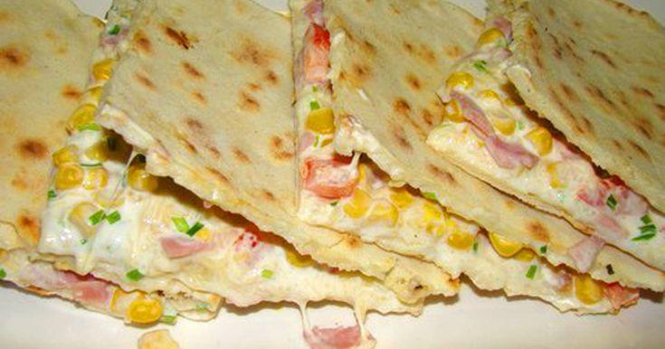 Mennyei Quesadillas recept két féle töltelékkel recept! Magyarul mexikói pizza. Tortillából készítik, én elkészítettem a tortillát is hozzá és azt kell mondjam szép és jó a bolti, DE az otthoni szebb, nagyobb és finomabb is. Arról nem is beszélve, hogy szerintem árában a negyede sincs a boltinak, és nem is tart sokból elkészíteni.