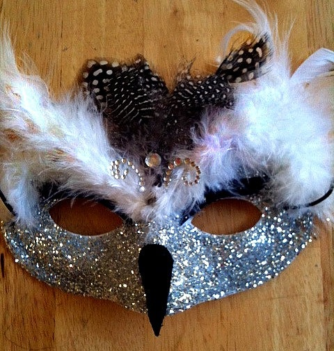 A variation of this and a feathery flapper dress would make an amazing halloween costume.