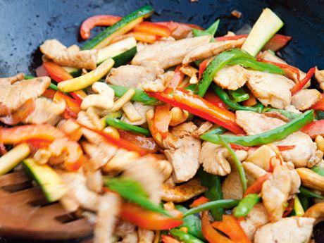 Jätte god kyckling med cashewnötter - som i Thailand. Först hacka – sedan woka. Tillaga på spisen eller uteköket.