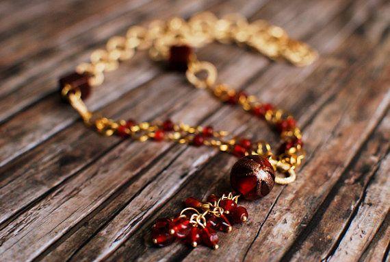 Collana a maglia dorata con perline rosse in vetro e ciondolo a grappolo by FirtuneTellerBijoux #italiasmartteam #etsy
