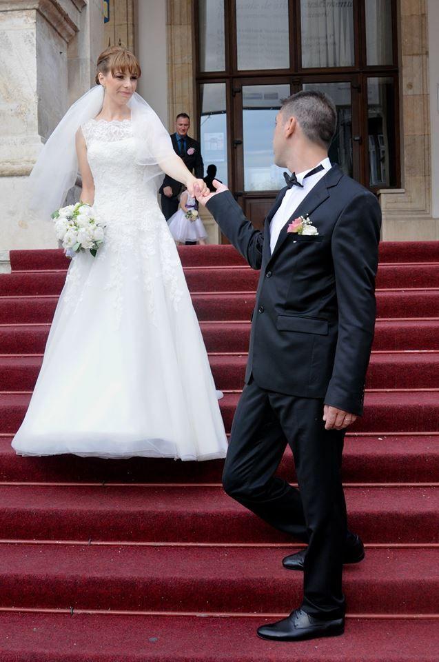 Felicitari Cristinei pentru deosebitul eveniment la care a purtat superba rochie de mireasa Justin Alexander 8630. Casa de piatra! www.evrikabrides.ro