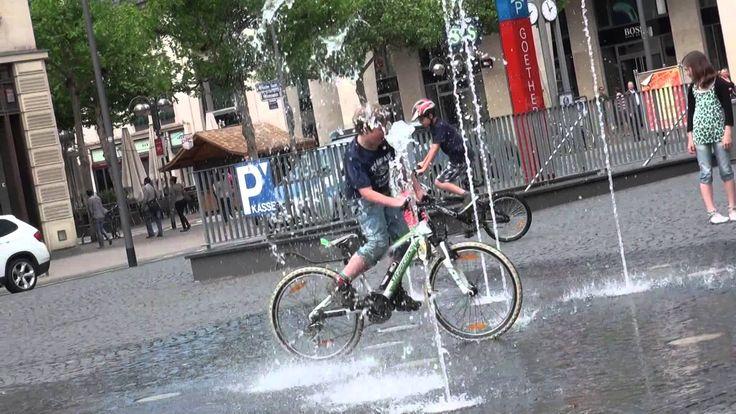 Kids Balance Bikes. Беговел. Тим катается на самокате беговел.