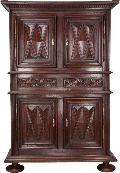 Muebles: Continental, Continental Un nogal Armario, siglo 18.  92-1 / 2 pulgadas de alto 64inches x ancho x 28-1 / 2 pulgadas de profundidad (235,0 x 162,6 x 72,4 c ...