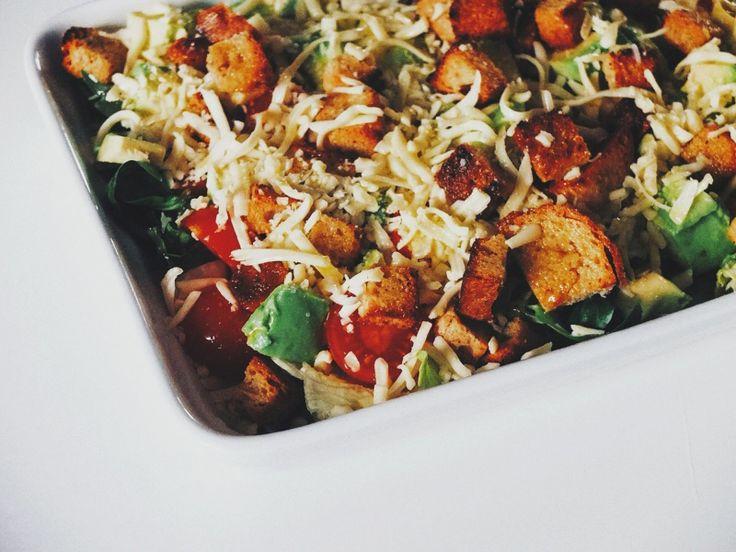 Недавно у меня настроение отведать питательный салатик  [обжаренные на оливковом масле сухарики + авокадо + черри + салат + руккола + моцарела] + [оливковое масло + соль + перец]  #рецепт #рецепты #вкусно #полезно #фотоеды #салат #kindcook  #вегетарианство