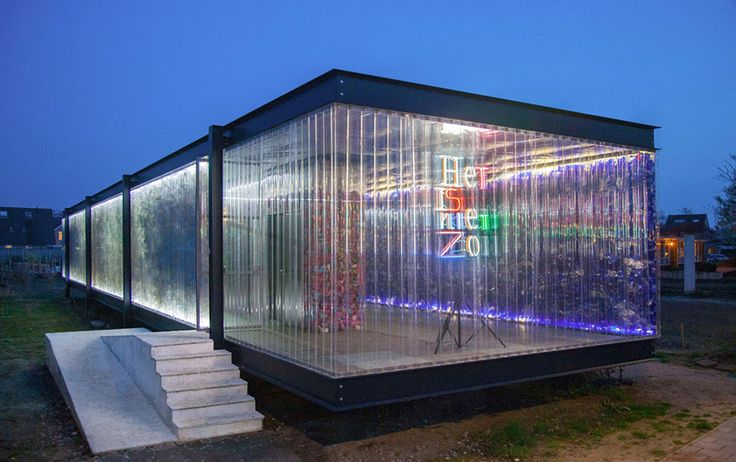 Hollanda'da plastik atıklardan yapılan PET bina, konferanslar, toplantılar ve etkinlikler için kamusal alan olarak kullanılıyor. Binanın tasarımında ise ünlü mimar Ludwig Mies van der Rohe'un ikon haline gelmiş eseri olan Farnsworth House referans olarak alınmış.   #Ekoloji #SürdürülebilirÇevre #Yeşil #YeşilBinalar #Çevre #Mimari #Mimarlık #Sürdürülebilirlik #GeriDönüşüm #Atık #Plastik