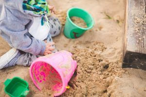 Caccia al tesoro. Trasformate una sabbiera in un'enorme cassa del tesoro. Potete sotterrarci tante cose che trovate in natura, come fiori, foglie, pigne e molto altro. Ora fate cercare ai bambini questi oggetti nella sabbia. Si tratta di un gioco davvero semplice da organizzare e i vostri figli si divertiranno un mondo.