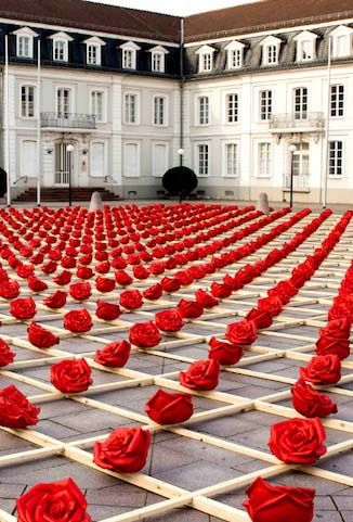 German artist Ottmar Hörl developed a massive public art installation with 1,000 plastic roses