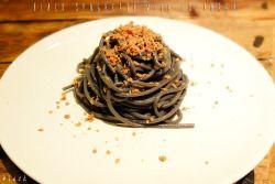 BLACK SPAGHETTI WITH BOTTARGAIngredients (for 2 people)- 200g Gragnano black spaghetti- tuna bottarga to taste- extra virgin olive oil to taste- 1 clove of black garlic- 1dried chili-coarse salt to tasteSPAGHETTI NERO CON BOTTARGAIngredienti (per 2 persone)- 200g di spaghetti neri di Gragnano- bottarga di tonno a piacere- olio evo qb- 1 spicchio di aglio nero- 1 peperoncino secco- sale grosso qbDietro le quinteIn una capiente pentola metti dell'acqua a bollire, aggiungi dunque il sale non…