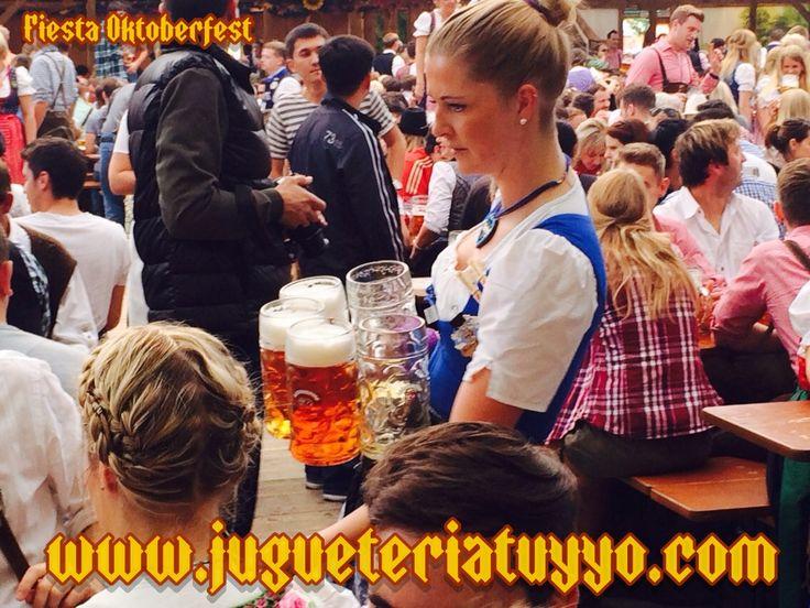 Las alemanas impresionantes como siempre con sus disfraces de bávaras y tirolesas.Pero lo que más destaca son sus pedazooooooo!!!!de Jarras de cerveza, que habilidad para cogerlas.