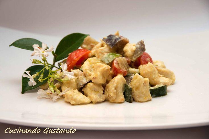 L'insalata di pollo verdure e yogurt è un buonissimo piatto freddo molto saporito e semplice da preparare ideale per l'estate.