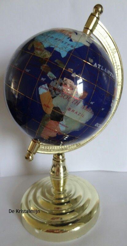 Wereldbol ingelegd met veel verschillende soorten edelstenen